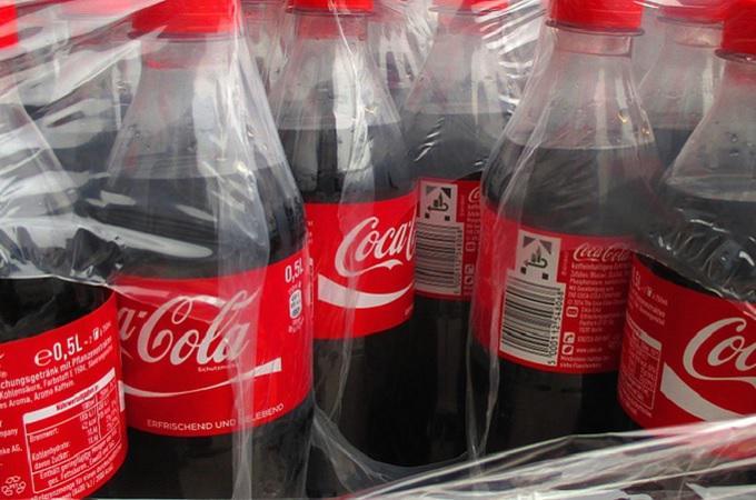 Coca-Cola a další limonády ve dvoulitrových lahvích už v Česku nebudou