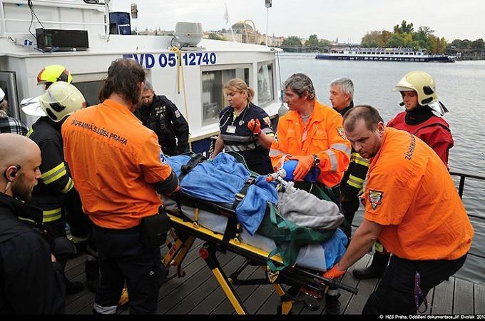 Jan Tříska spadl z Karlova mostu. Je ve vážném stavu v nemocnici