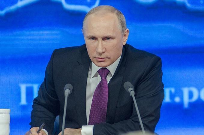 Summit Trump - Putin. Ruský prezident daroval míč z mistrovství světa. Je v něm odposlech?