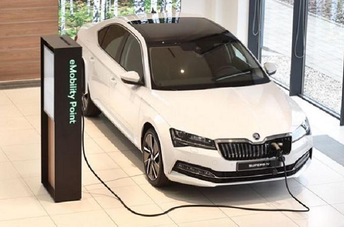 Elektrický model Citigo-e iV a plug-in hybridní Superb nastartují změnu u dealerů. Mají prodávat i elektřinu