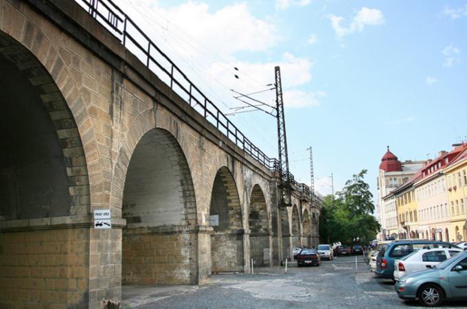 Negrelliho viadukt přivítá vlaky v červnu 2020. Úpravy kolem viaduktu budou ještě trvat