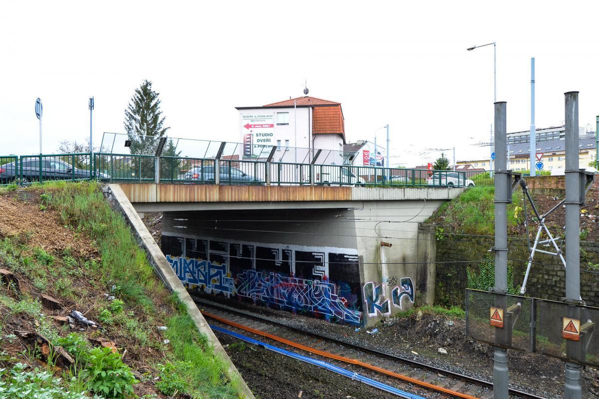 Most přes železniční trať v Plzni dostane nový kabát