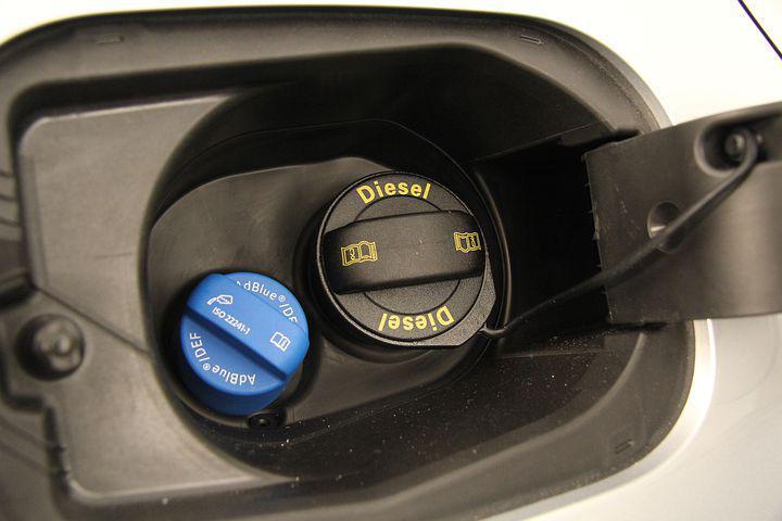 Z pump mizí a zdražuje AdBlue pro diesely. Auta bez kapaliny se nerozjedou